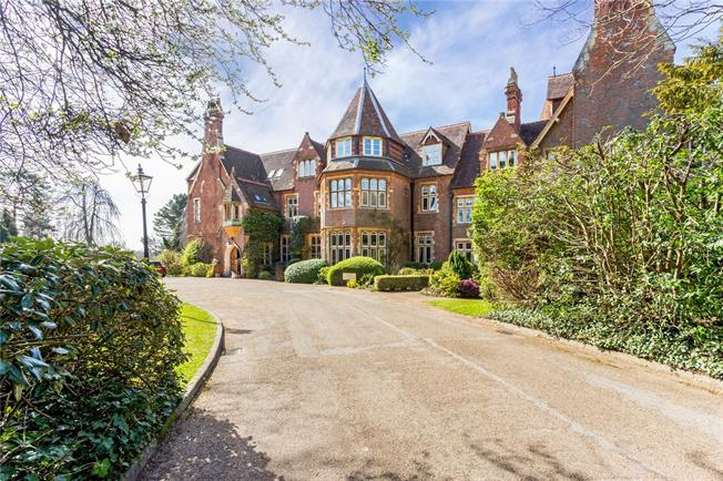 Guide Price £455,000, 2 Bedroom Flat For Sale in Dorking, Surrey, RH5