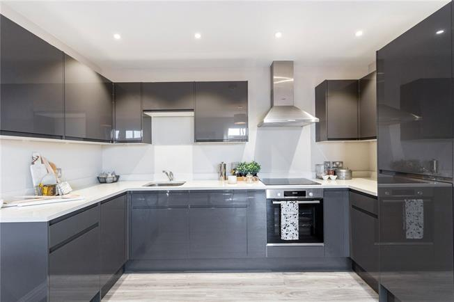 Asking Price £370,000, 2 Bedroom Flat For Sale in Surrey, RH4