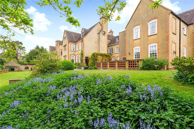 Guide Price £200,000, 1 Bedroom Flat For Sale in Surrey, RH4
