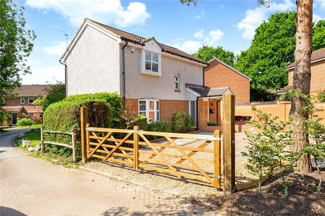 Guide Price £550,000, 3 Bedroom Detached House For Sale in Capel, RH5