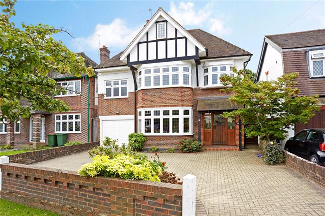 Guide Price £1,350,000, 5 Bedroom Detached House For Sale in Esher, KT10