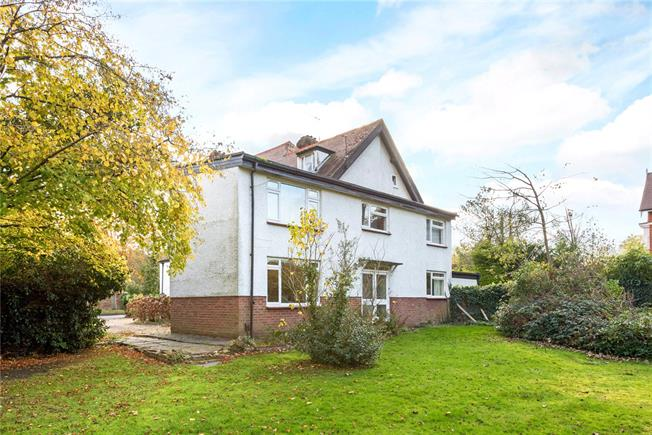 Asking Price £300,000, 1 Bedroom Flat For Sale in Esher, Surrey, KT10