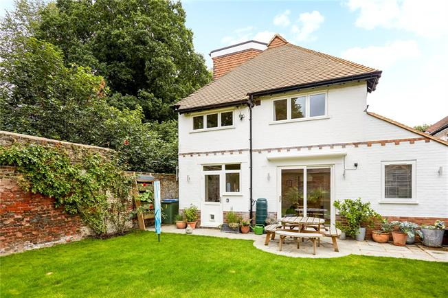 Asking Price £1,150,000, 4 Bedroom Detached House For Sale in Thames Ditton, KT7
