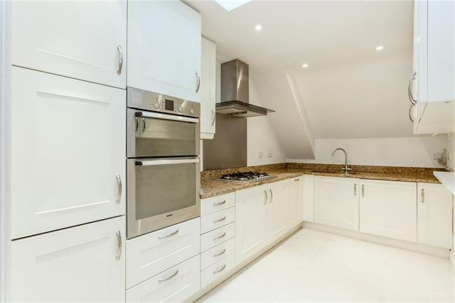 Asking Price £600,000, 3 Bedroom Flat For Sale in Esher, Surrey, KT10