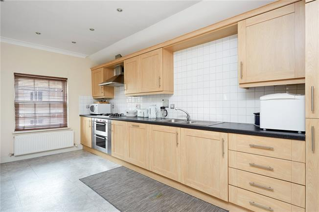 Asking Price £400,000, 2 Bedroom Flat For Sale in East Molesey, Surrey, KT8