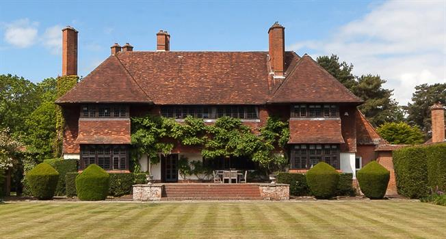 Guide Price £2,500,000, 7 Bedroom For Sale in Farnham, Surrey, GU10