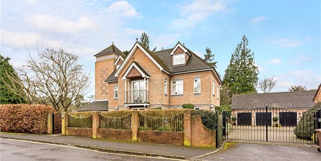 Guide Price £525,000, 2 Bedroom Flat For Sale in Farnham, Surrey, GU9