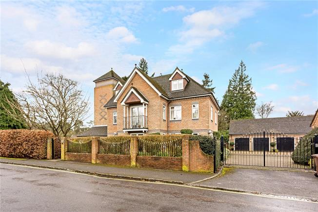 Guide Price £509,950, 2 Bedroom Flat For Sale in Farnham, Surrey, GU9