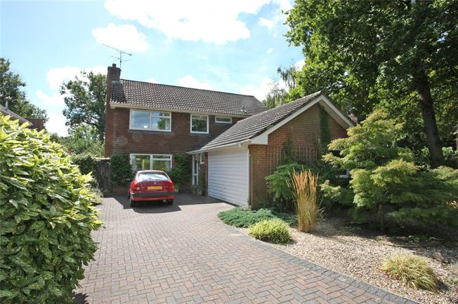 Guide Price £725,000, 4 Bedroom Detached House For Sale in Wrecclesham, GU10