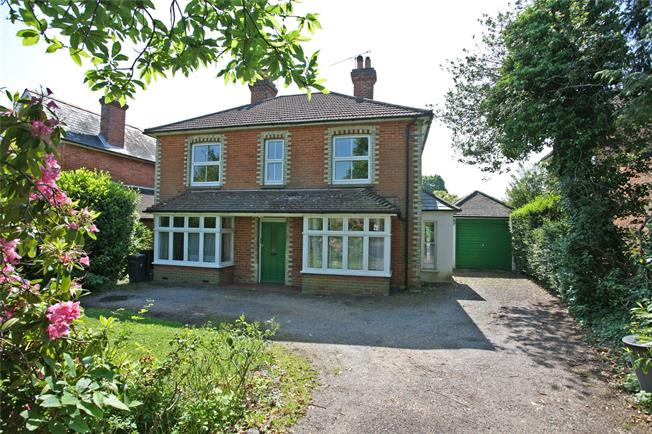 Guide Price £775,000, 4 Bedroom Detached House For Sale in Farnham, GU9
