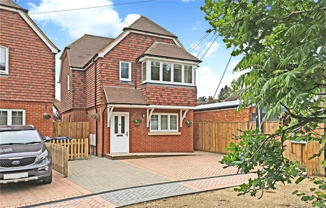 Guide Price £499,000, 3 Bedroom Detached House For Sale in Farnham, Surrey, GU10