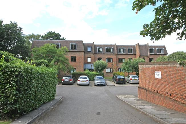 Guide Price £350,000, 2 Bedroom Flat For Sale in Farnham, GU9