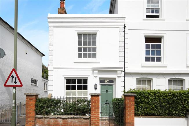 Guide Price £425,000, 2 Bedroom Semi Detached House For Sale in Farnham, GU9