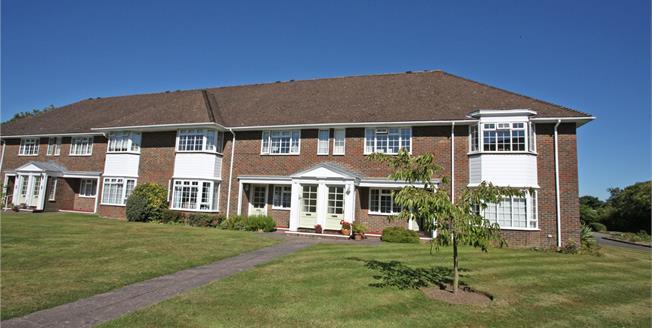 Guide Price £399,950, 2 Bedroom Flat For Sale in Farnham, GU9