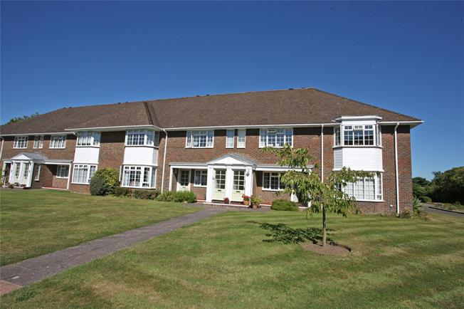 Guide Price £400,000, 2 Bedroom Flat For Sale in Farnham, GU9