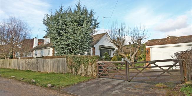 Asking Price £625,000, 2 Bedroom Bungalow For Sale in Farnham, GU9