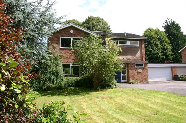 Guide Price £655,000, 4 Bedroom Detached House For Sale in Churt, GU10