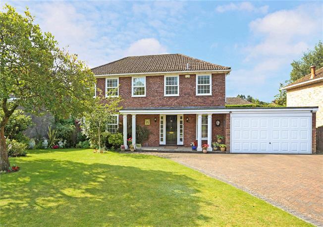 Guide Price £750,000, 4 Bedroom Detached House For Sale in Farnham, Surrey, GU10