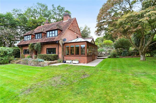Guide Price £795,000, 4 Bedroom Detached House For Sale in Farnham, GU9