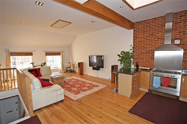 Asking Price £349,950, 2 Bedroom Flat For Sale in Farnham, GU9