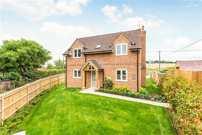 Guide Price £549,950, 3 Bedroom Detached House For Sale in Odiham, Hook, RG29