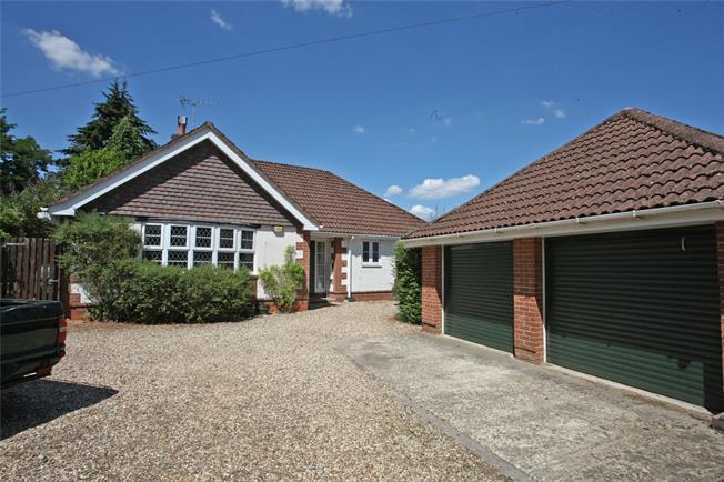 Guide Price £695,000, 3 Bedroom Bungalow For Sale in Farnham, Surrey, GU10