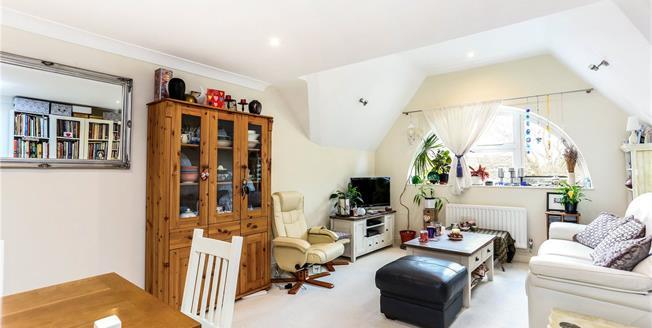 Guide Price £425,000, 4 Bedroom Flat For Sale in Farnham, GU9