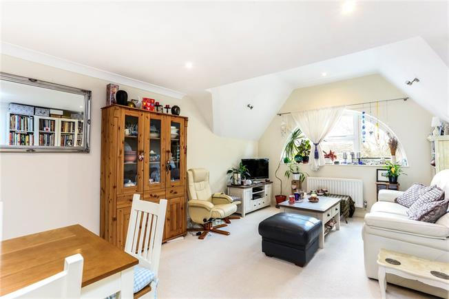 Guide Price £450,000, 4 Bedroom Flat For Sale in Farnham, GU9