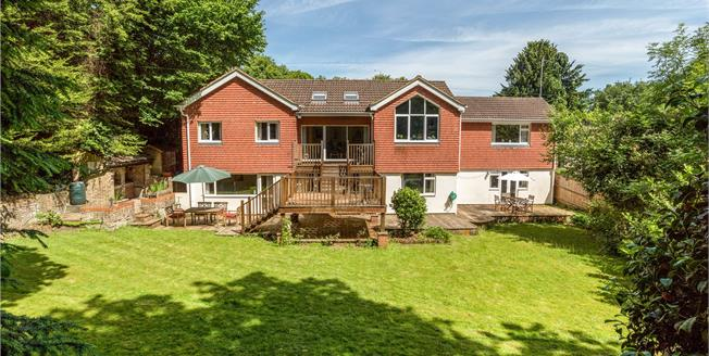 Guide Price £800,000, 5 Bedroom Detached House For Sale in Farnham, GU9