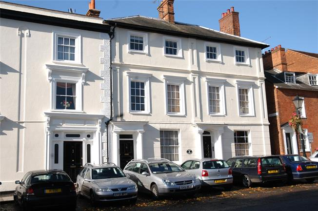 Guide Price £215,000, 1 Bedroom Flat For Sale in Farnham, Surrey, GU9