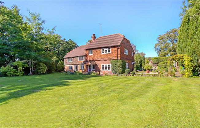 Guide Price £825,000, 4 Bedroom Detached House For Sale in Churt, GU10
