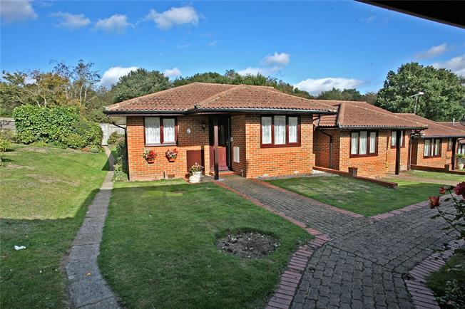 Guide Price £235,000, 2 Bedroom Bungalow For Sale in Farnham, GU9