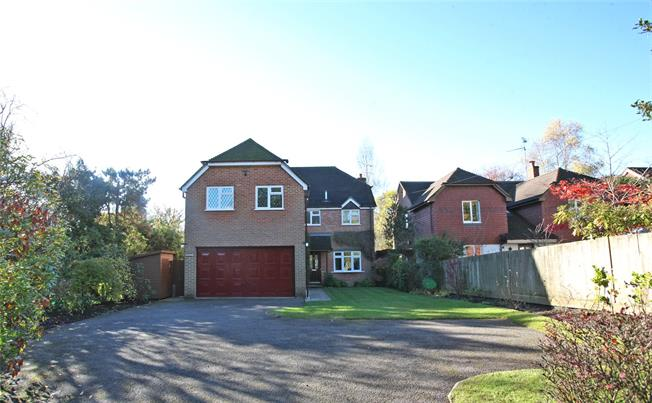 Guide Price £725,000, 5 Bedroom Detached House For Sale in Farnham, GU9