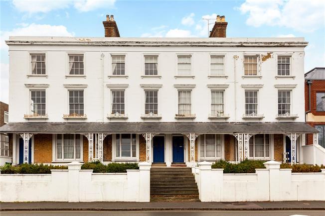 Guide Price £400,000, 3 Bedroom Flat For Sale in Farnham, GU9