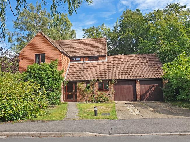 Guide Price £925,000, 5 Bedroom Detached House For Sale in Rowledge, GU10