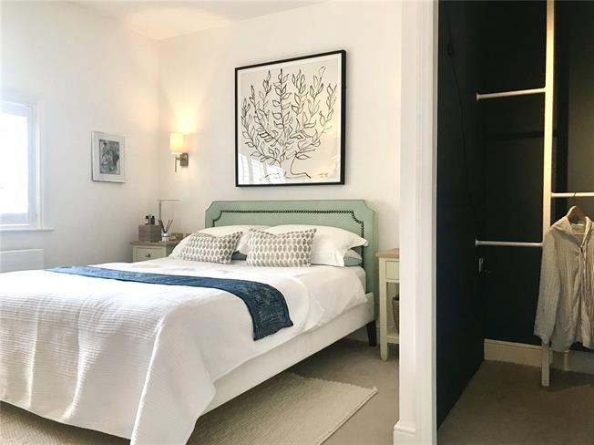 Guide Price £285,000, 1 Bedroom Flat For Sale in Farnham, Surrey, GU9
