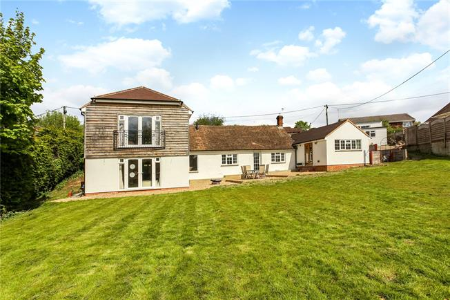 Guide Price £899,950, 5 Bedroom Detached House For Sale in Farnham, GU9