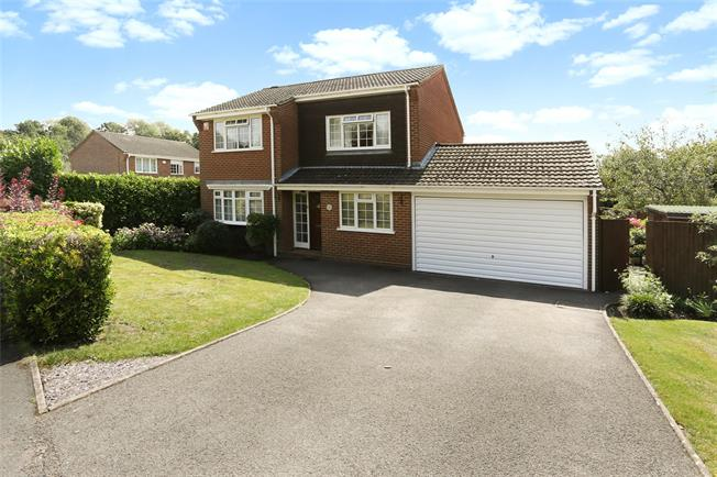 Guide Price £575,000, 4 Bedroom Detached House For Sale in Farnham, GU9
