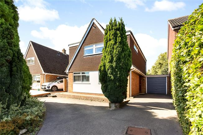 Guide Price £450,000, 3 Bedroom Detached House For Sale in Surrey, GU9