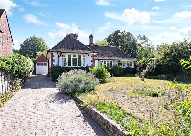 Guide Price £565,000, 3 Bedroom Bungalow For Sale in Farnham, GU9