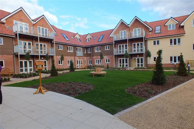 Guide Price £350,500, 2 Bedroom Flat For Sale in Church Crookham, GU52