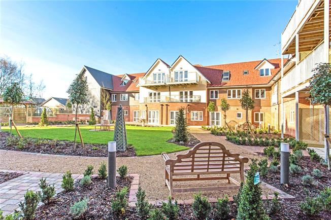 Guide Price £346,000, 2 Bedroom Flat For Sale in Church Crookham, GU52