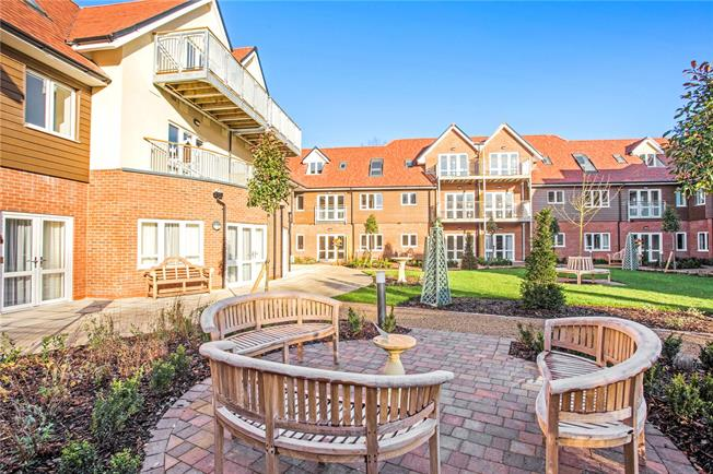 Guide Price £275,500, 1 Bedroom Flat For Sale in Church Crookham, GU52
