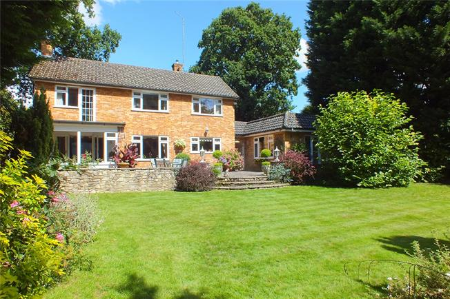 Guide Price £800,000, 4 Bedroom Detached House For Sale in Camberley, GU15