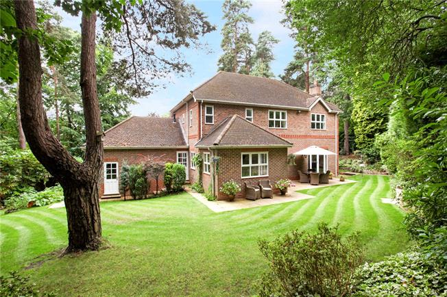 Guide Price £935,000, 5 Bedroom Detached House For Sale in Surrey, GU15