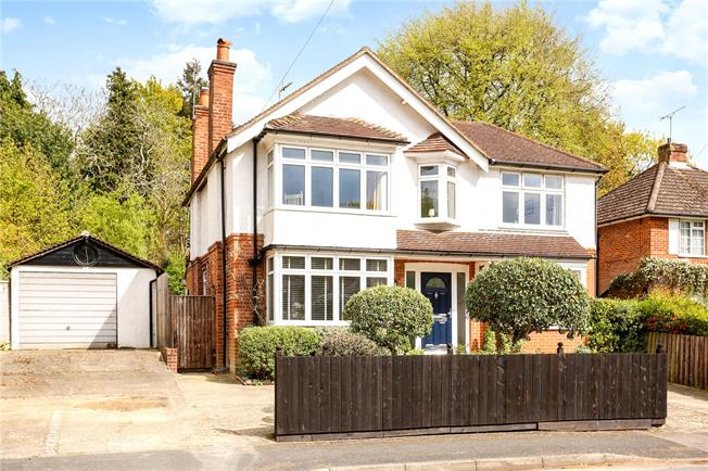 Guide Price £725,000, 4 Bedroom Detached House For Sale in Farnborough, GU14