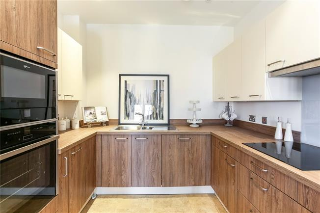 Guide Price £341,000, 2 Bedroom Flat For Sale in Church Crookham, GU52