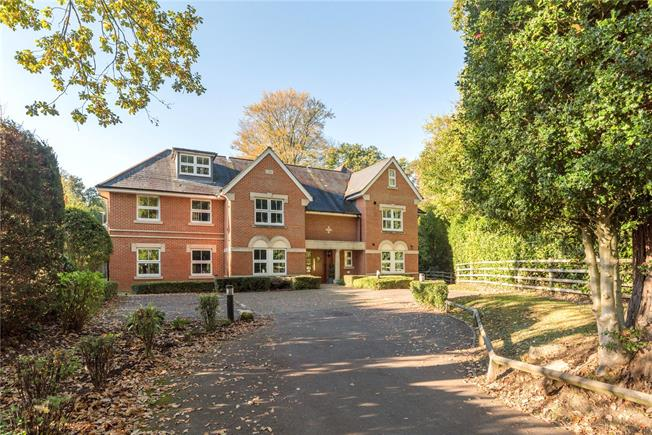 Guide Price £315,000, 2 Bedroom Flat For Sale in Church Crookham, GU52