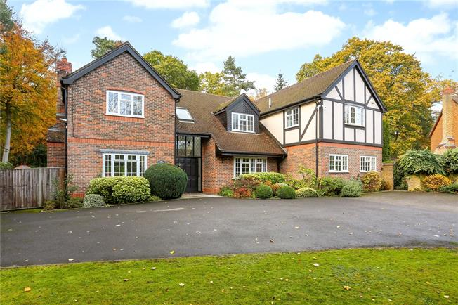 Guide Price £1,350,000, 5 Bedroom Detached House For Sale in Fleet, GU51