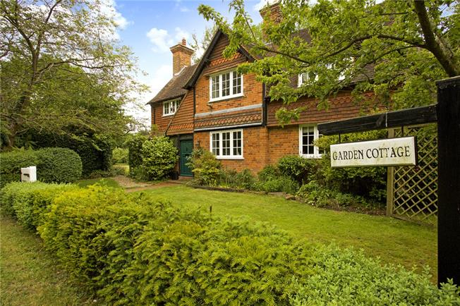 Guide Price £1,300,000, 5 Bedroom Detached House For Sale in Eversley, RG27
